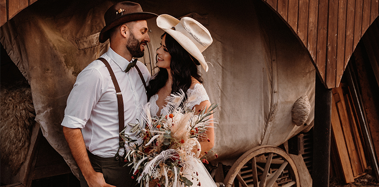 bruidspaar- country- wild west- huifkar